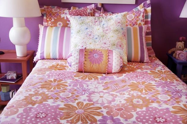 с декором из разноцветных подушек разного размера