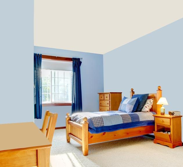 Деревянная кровать на высоких ножках