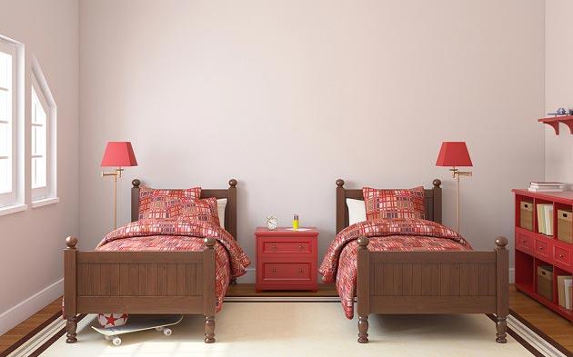 Раздельные кровати для двоих детей с одинаковым оформлением