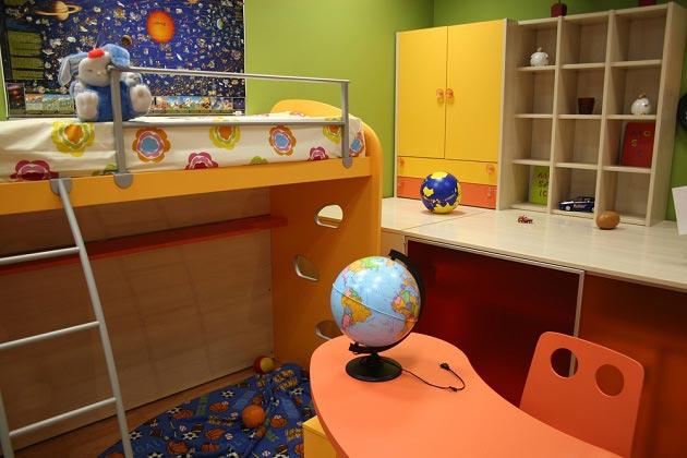 Письменный стол и стул цвета спелого персика