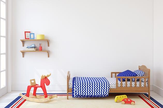 Деревянная кровать с бортиками по обе стороны