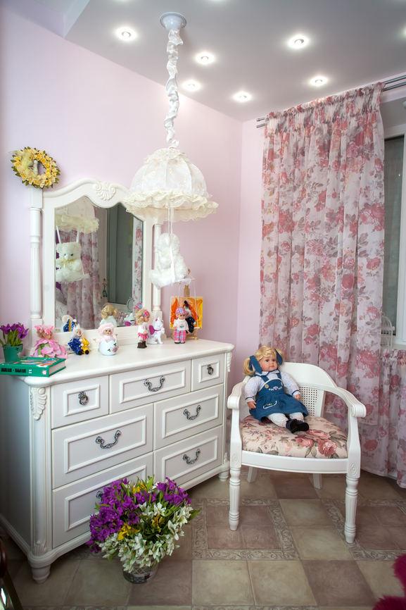 Столик в белом цвете с зеркалом и торшером