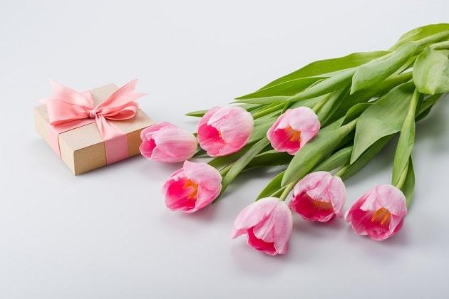 Небольшой подарок с цветами