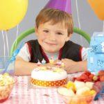 Мальчик 6 лет с подарками
