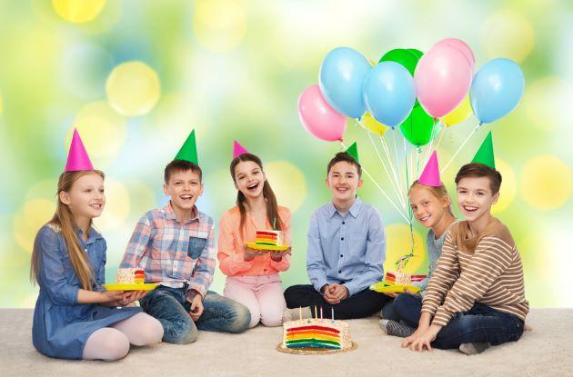 Мальчик 13 лет с друзьями на день рождения