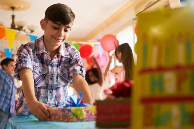 Мальчик 15 лет с подарками
