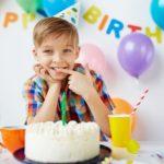 Мальчик 11 лет за праздничным столом в день рождения